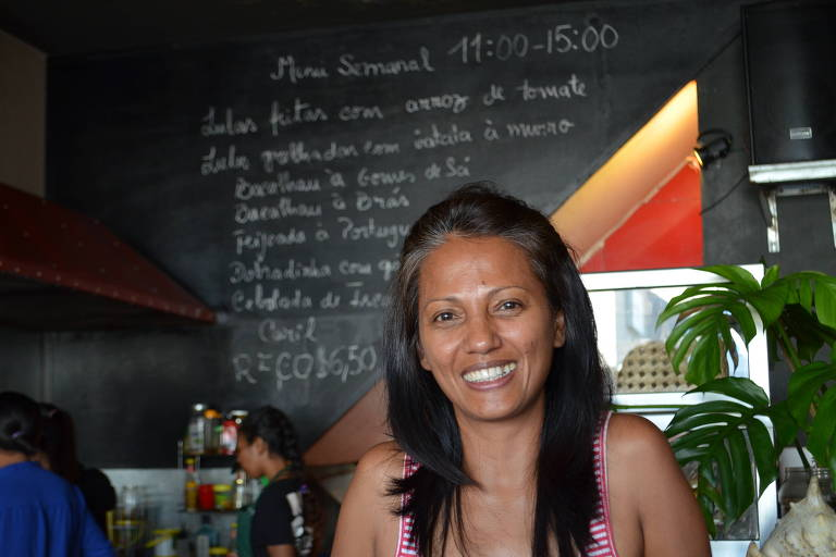 A empres�ria Mirab�lia Sarmento em seu restaurante em D�li, no Timor Leste