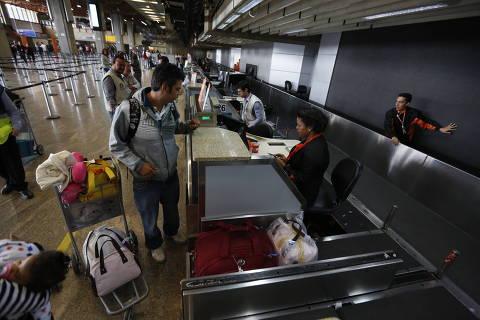 SAO PAULO, SP  BRASIL- 15-08-2016 : Fiscais do IPEM,   Instituto de Pesos e Medidas do Estado de São Paulo faz fiscalizacao no aeroporto de Guarulhos em Sao Paulo fiscalização de balanças de bagagem de aeroportos para saber se elas estão desreguladas. . ( Foto: Joel Silva/ Folhapress ) *** *** ( ***EXCLUSIVO FOLHA***)