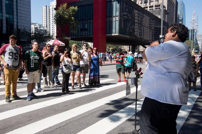 Cover de Renato Russo se apresenta na avenida Paulista