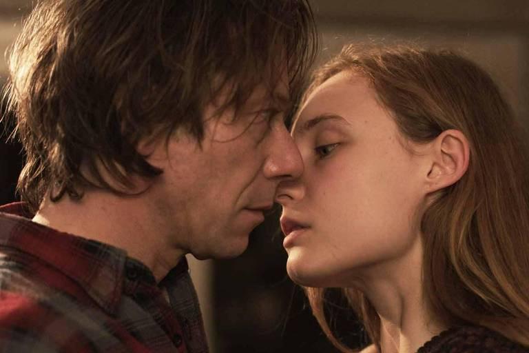 Mathieu Amalric e Julia Roy em cena de 'Até Nunca Mais
