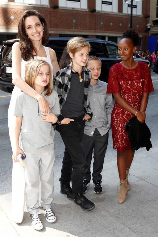 Angelina Jolie leva filhos no Festival de Toronto
