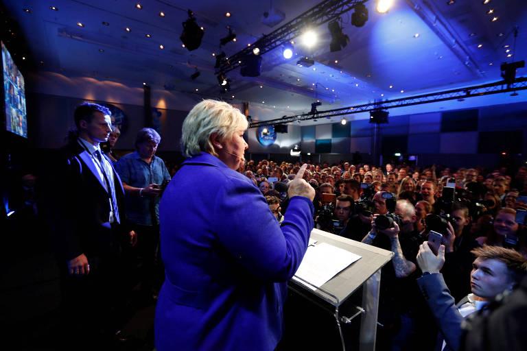A primeira-ministra da Noruega, Erna Solberg, discura em Oslo após vencer as eleições