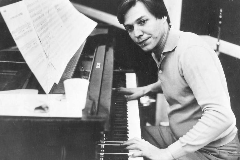 O compositor Antonio Carlos Jobim ao piano
