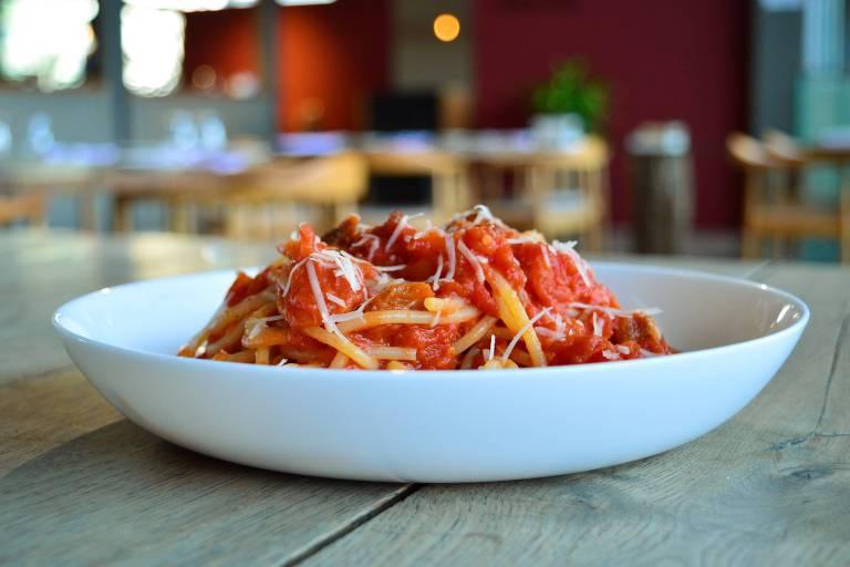 Pasta all' amatriciana, massa italiana com molho de tomate, guanciale e pimenta peperoncino