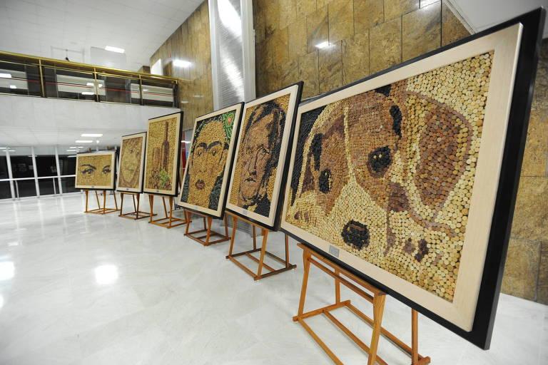 Quadros feitos com rolhas de vinho pelo apresentador Gugu Liberato