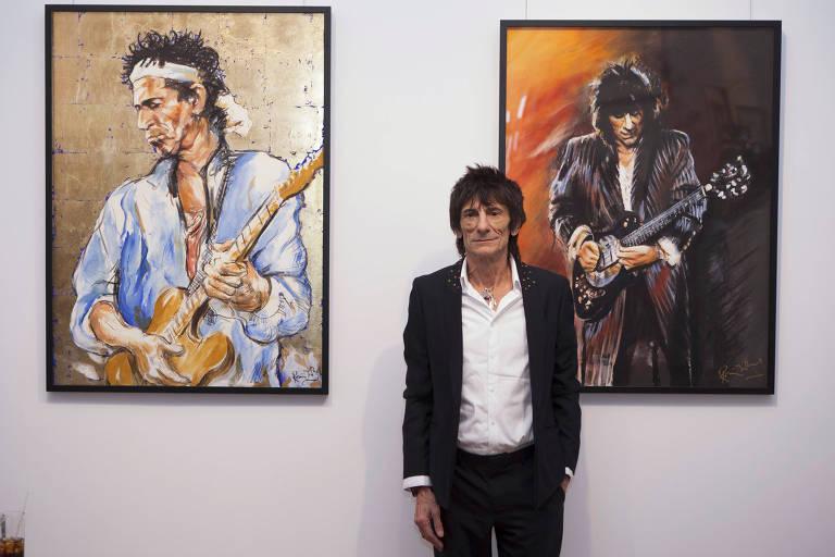 O guitarrista Roonie Wood, da banda 'Rolling Stones', exp�e algumas de suas pinturas