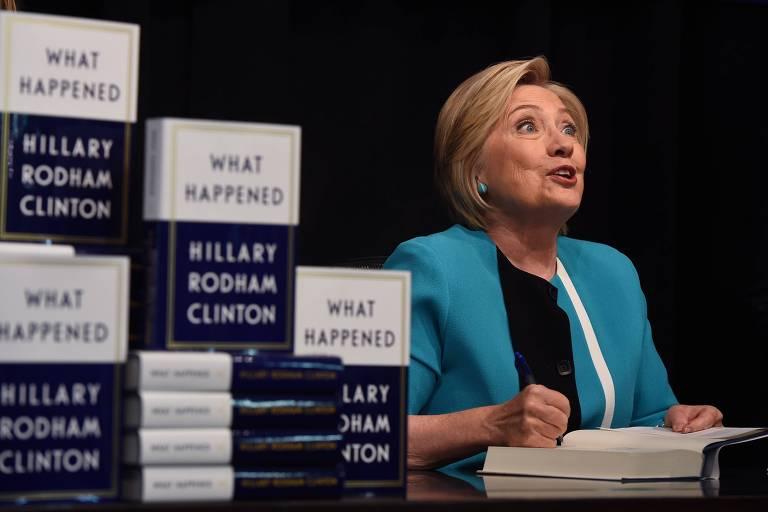 Hillary Cliton autografa seu novo livro em Nova York