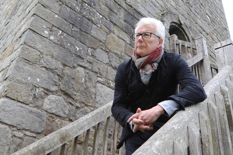 O escritor Ken Follett no castelo de Loch Leven, na Escócia