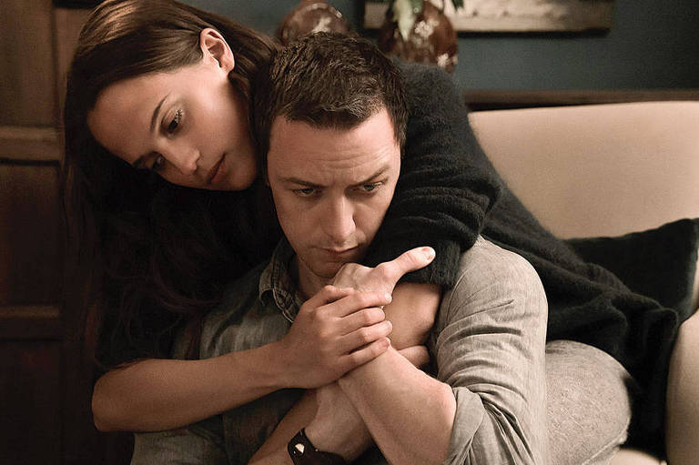 Alicia Vikander e James McAvoy em cena do filme 'Submers�o