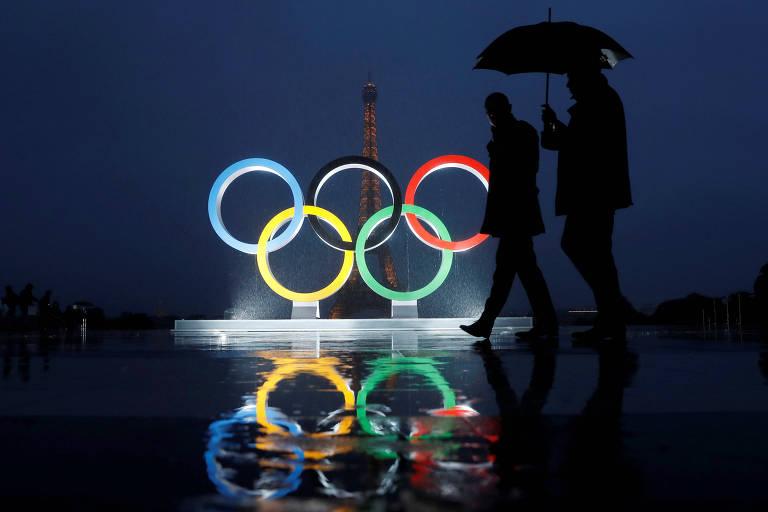 Anéis olímpicos em frente à Torre Eiffel, após a confirmação de que Paris sediará os Jogos de 2024