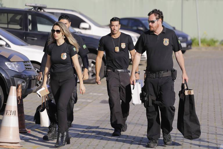 Policias federais chegam à Superintendência do órgão, bairro da Barra Funda, carregando malotes durante a manhã desta quarta feira, na operação Tendão de Aquiles
