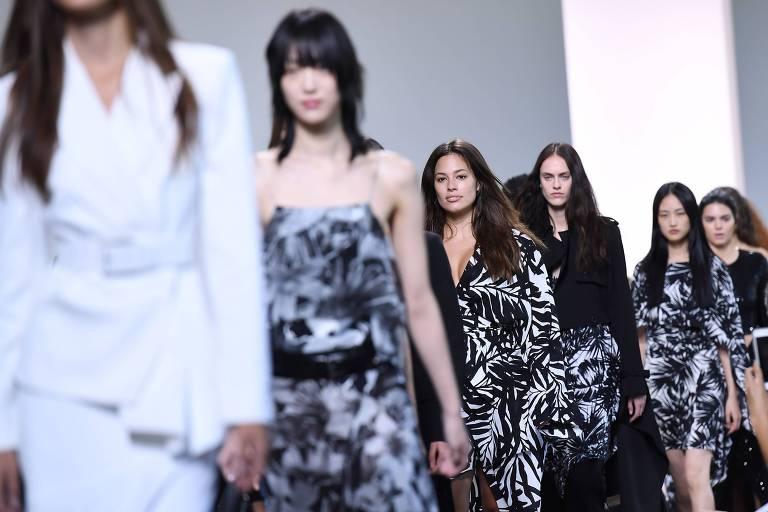 Modelos apresentam a coleção primavera 2018 do estilista Michael Kors