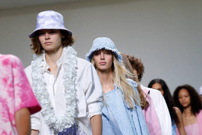 Modelos desfilam coleção de Michael Kors em Nova York (EUA)