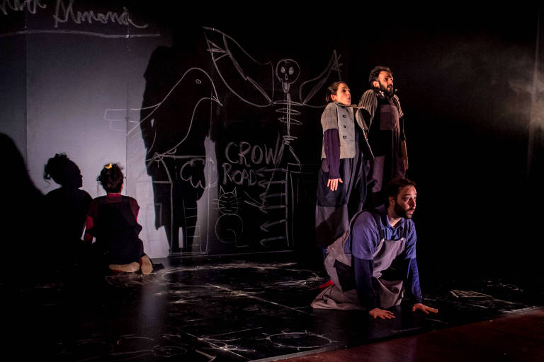"""Os atores da Cia. Simples em cena da peça """"Skellig"""""""
