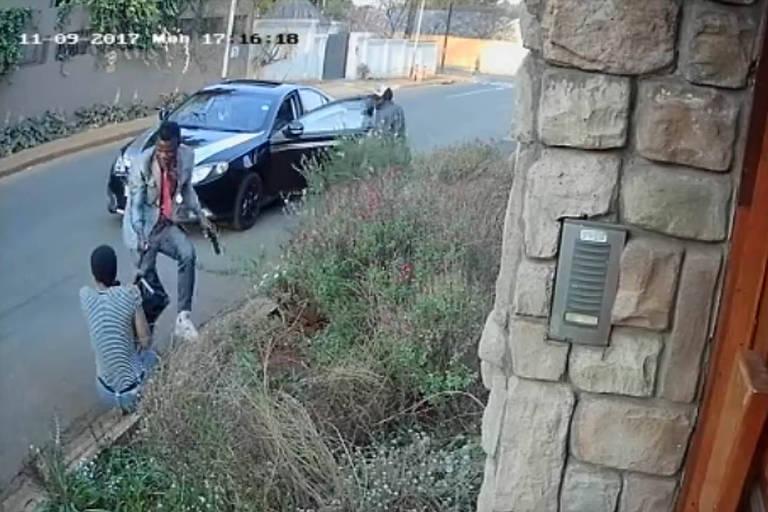 Estudante sul-africana luta com ladrões para salvar única cópia de tese