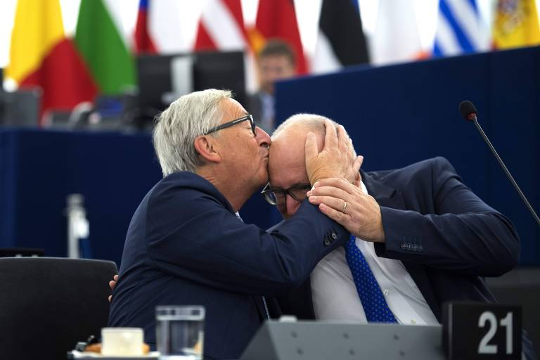 Jean-Claude Juncker beija o vice-presidente da Comissão Europeia, Frans Timmermans