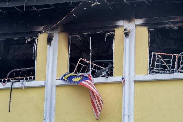 KUALA LUMPUR, Sept. 14, 2017 (Xinhua) -- Photo taken on Sept. 14, 2017 shows burnt windows at a religious school in Kuala Lumpur, Malaysia. At least 25 people have died in a fire at a religious school in Kuala Lumpur early Thursday morning, the Malaysian Fire and Rescue Department said in a statement. (Xinhua/Chong Voon Chung) (psw)