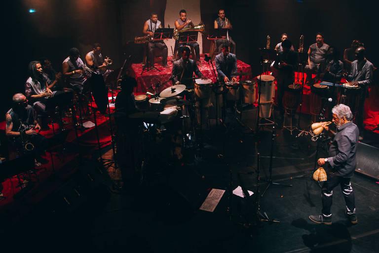 """A Orkestra Rumpilezz apresenta uma releitura do álbum """"Coisas"""" (1965), de Moacir Santos"""