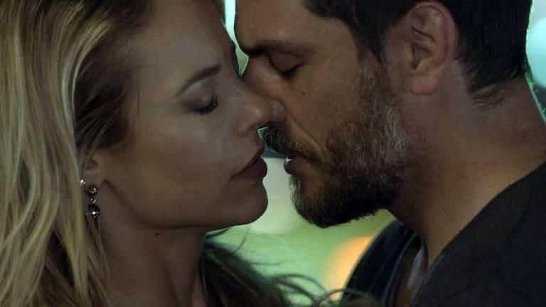 """Paolla Oliveira e Rodrigo Lombardi se beijam em""""A Força do Querer"""""""