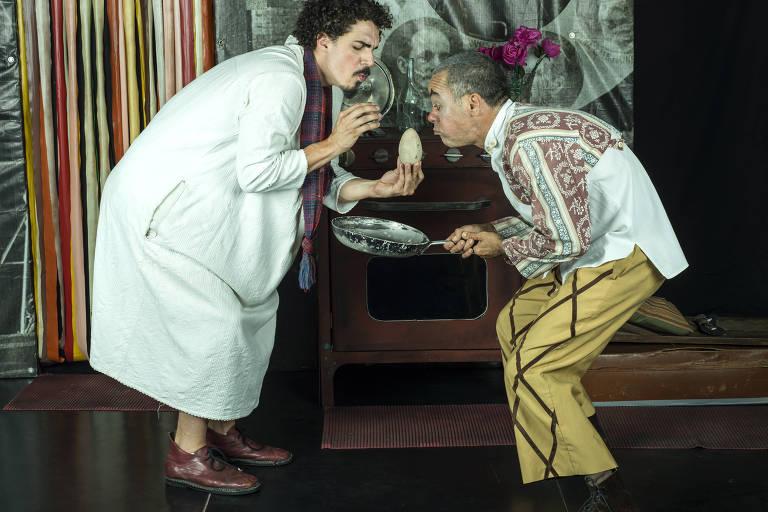 Os atores Fernando Sampaio e Filipe Bregantim em cena de 'À La Carte'