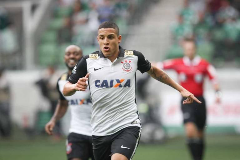 O jogador Guilherme Arana comemora seu gol durante partida realizada na Arena Palmeiras, zona oeste de São Paulo