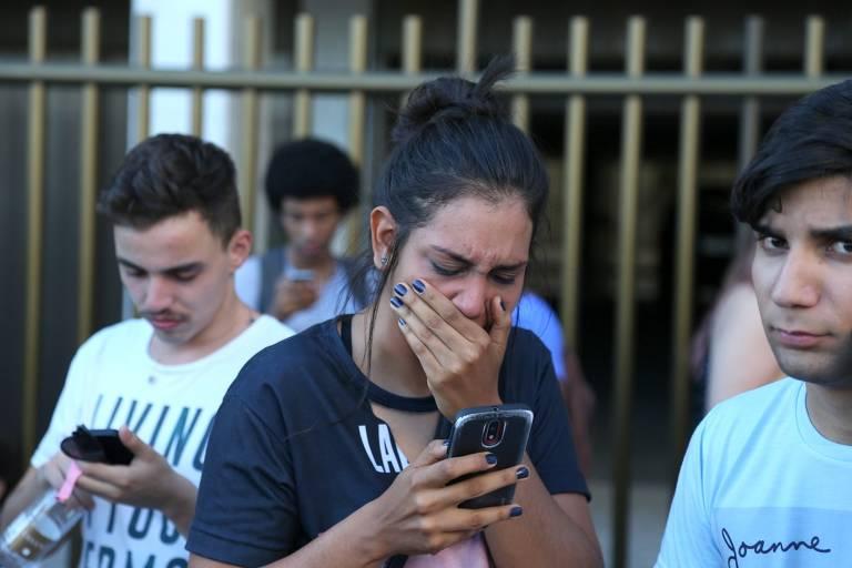 Em frente ao hotel em que Lady Gaga ficaria hospedada no Rio de Janeiro, fãs choram após saberem do cancelamento do show