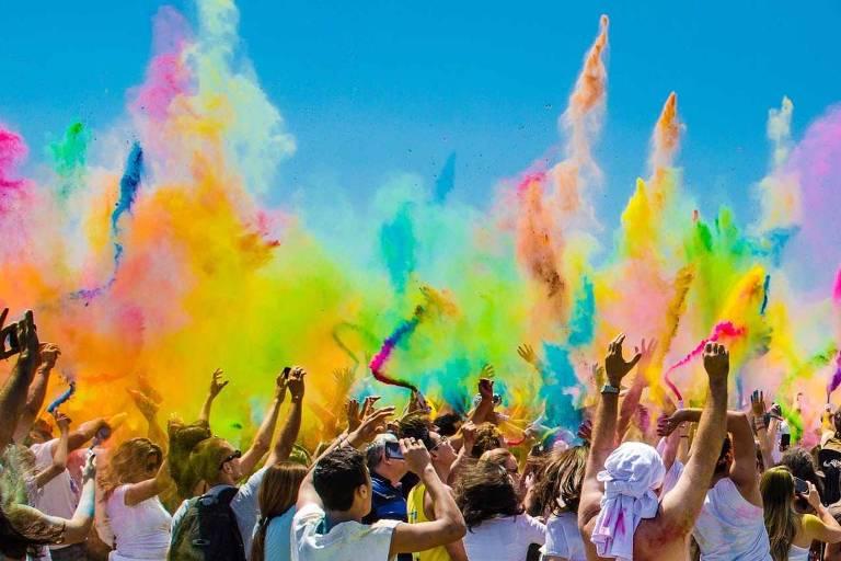 Guerra de pó colorido é tradição na chegada da primavera indiana, no festival Holi