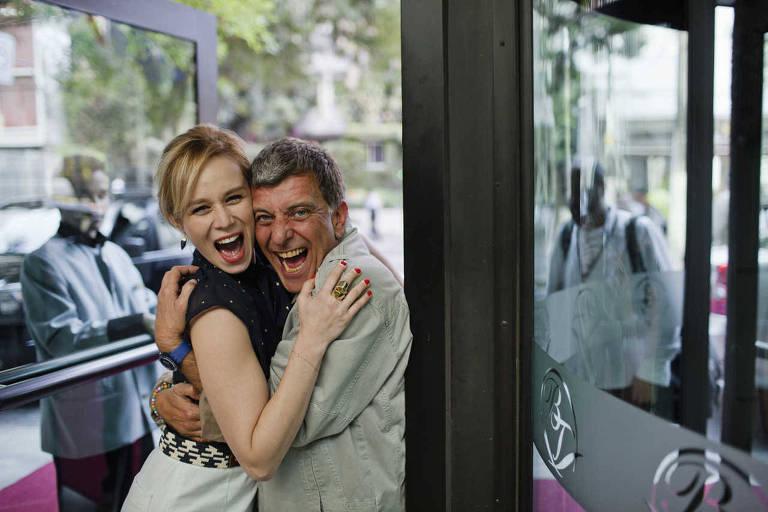 A atriz Mariana Ximenes e o diretor Jorge Fernando brincam antes das gravações de