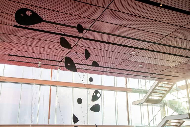 Móbile 'Viúva Negra', criado pelo escultor Alexander Calder