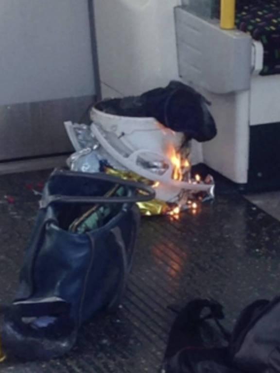 Imagem em rede social mostra dispositivo que explodiu no metrô de Londres