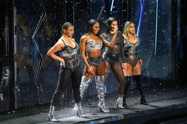 Dinah Jane, Normani Kordei, Lauren Jauregui, e Ally Brooke, do Fifth Harmony, se apresentando no MTV Video Music Awards 201, em Inglewood, Califórnia