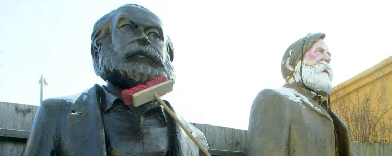 Homem limpa estátua de Marx – AFP