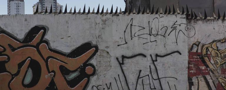 Muro pichado com pontas afiadas em cima – Lalo de Almeida/Folhapress