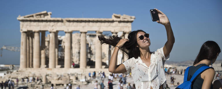 mulher tira selfie em frente ao partenon, na grécia – Petros Giannakouris/AP