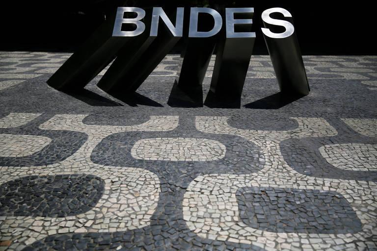 Logo do BNDES do lado de fora do prédio no Rio de Janeiro