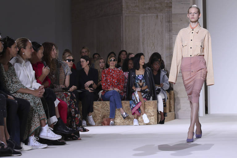 Modelo desfila para Victoria Beckham
