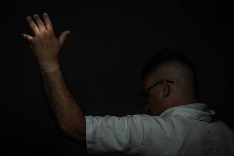 SAO PAULO, SP, BRASIL, 13-09-2017:  Professor ha 27 anos, Jefferson dos Santos Siqueira (49) teve uma cadeira atirada em sua direcao, que acertou sua mao e cotovelo, por um aluno de 17 anos e 8 meses, durante uma aula na Escola Estadual Professor Helios Heber Lino, na Zona Norte de São Paulo. (Foto: Bruno Santos/ Folhapress) ***  FSP-COTIDIANO *** EXCLUSIVO FOLHA***