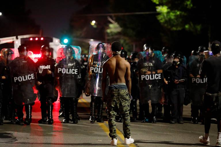 Manifestante encara policiais durante protesto contra absolvição de policial em St. Louis, nos EUA