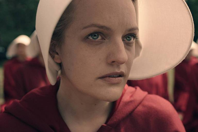 Elisabeth Moss em cena de 'The Handmaid's Tale' (2017)