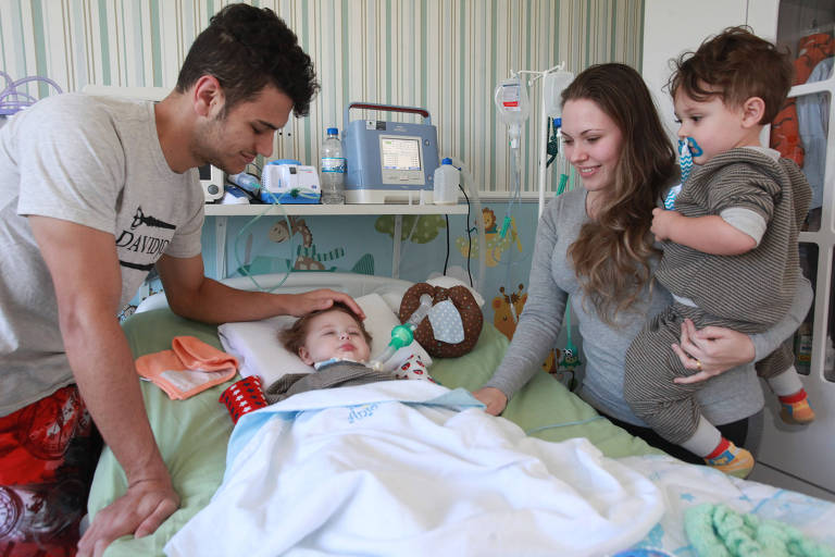Renato, 20, e Aline Openkoski, 21, com o filho Jonatas Openkoski, portador de AME