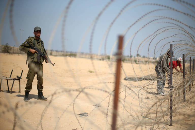 Soldado leal ao Hamas faz patrulha na Faixa de Gaza