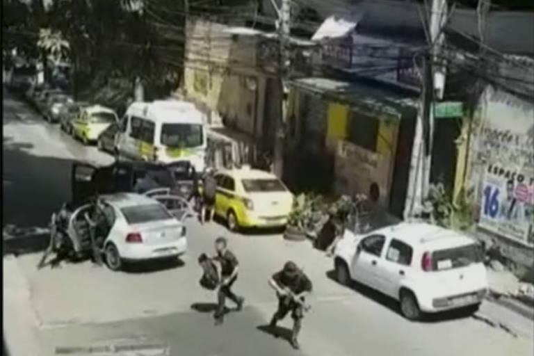 Imagens mostram criminosos armados correndo pela Rocinha, os moradores também publicaram imagens dos carros atingidos durante as trocas de tiros que assustou a comunidade no domingo (17)
