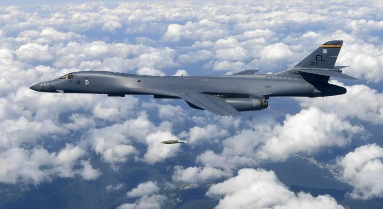 Bombardeiro B1-B, igual ao usado no mar do Sul da China, lança bomba em treino na Coreia do Sul, em 2017