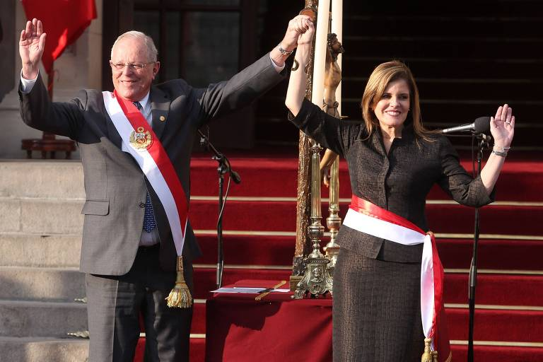 Peruvian President Pedro Pablo Kuczynski (L) and Vice President and congresswoman Mercedes Araoz, newly sworn in as the head of his ministerial team, wave to the crowd during a ceremony in the Presidential Palace in Lima on September 17, 2017. Kuczynski renewed the head of his ministerial team with Mercedes Araoz and five of 19 ministers, after Congress denied a vote of confidence to the previous team lead by Fernando Zavala. / AFP PHOTO / SILVIA OSHIRO
