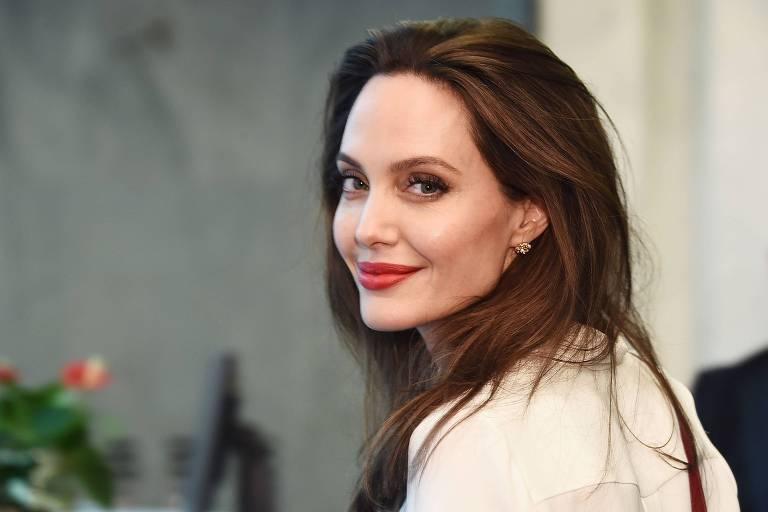 Angelia Jolie é vista deixando apartamento de seu 1º ex-marido
