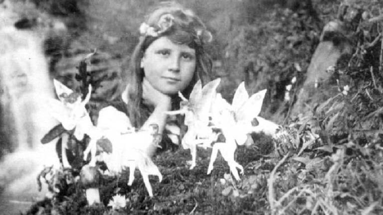 Frances Griffiths e algumas 'fadas' em uma fotografia feita em 1917 por sua prima Elsie Wright com recortes de papel e hatpins