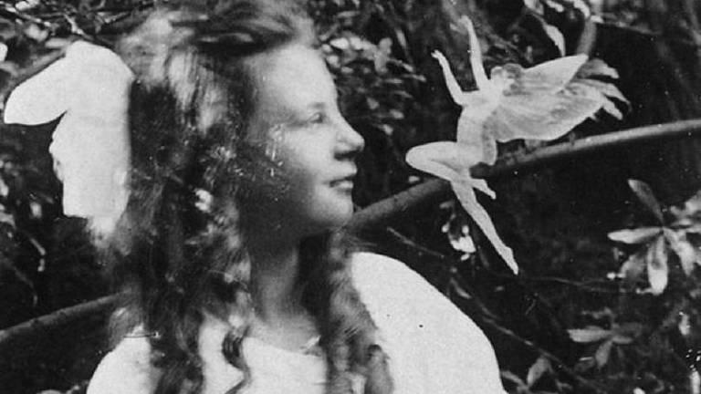 A história das fotos das fadas sobreviveu até 1983, quando Elsie confessou a manipulação da imagem