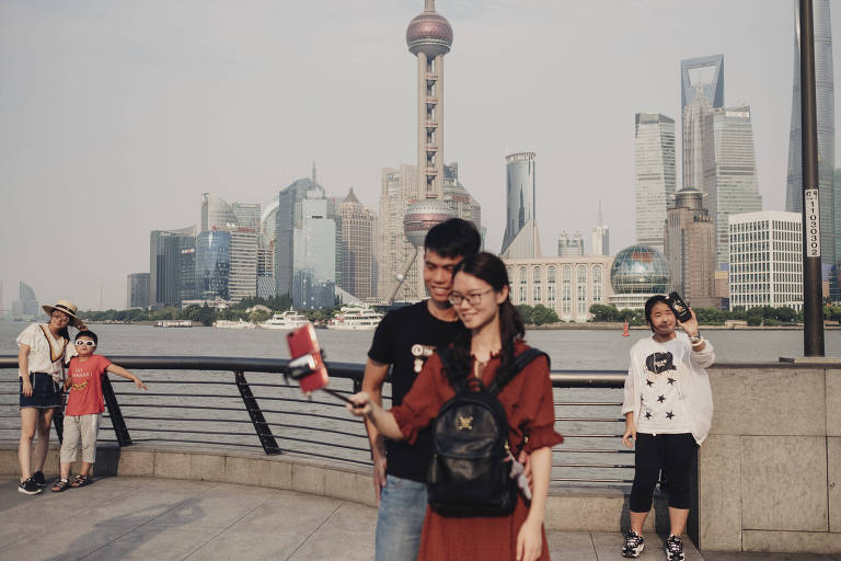 Visitors take selfie photos at a scenic spot in the Bund, a waterfront area in Shanghai, China, July 12, 2017. Facebook and other tech companies are increasingly forced to navigate a web that is not as open as it once was, with nation-states exerting their power over the internet. (Yuyang Liu/The New York Times) ORG XMIT: XNYT68