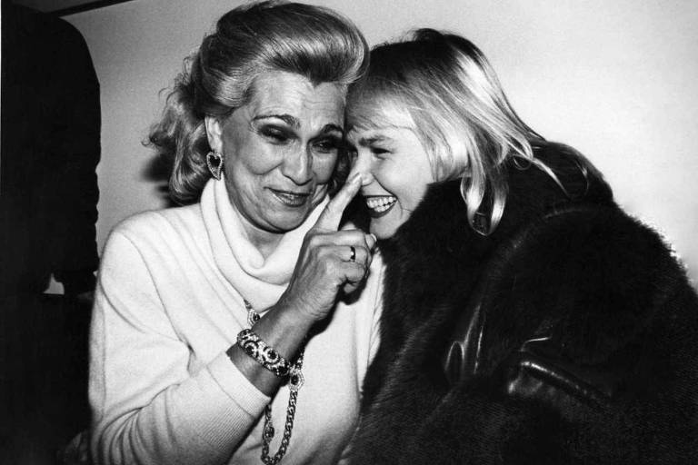 Na foto, ao lado de Xuxa, a apresentadora de televisão, atriz e cantora Hebe Camargo. Ela teve uma parada cardíaca enquanto dormia em sua casa, no Morumbi, na zona oeste de São Paulo, em 29 de setembro de 2012. Nasceu em Taubaté em 8 de março de 1929