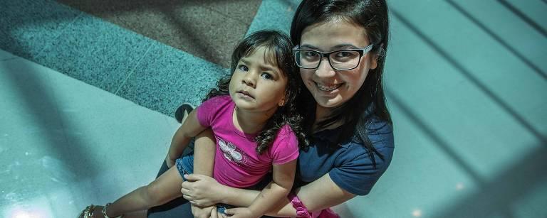 Cibelle Gomes com sua mãe, Ana Paula Gomes da Silva, em Mauá (SP) Marlene Bergamo/Folhapress